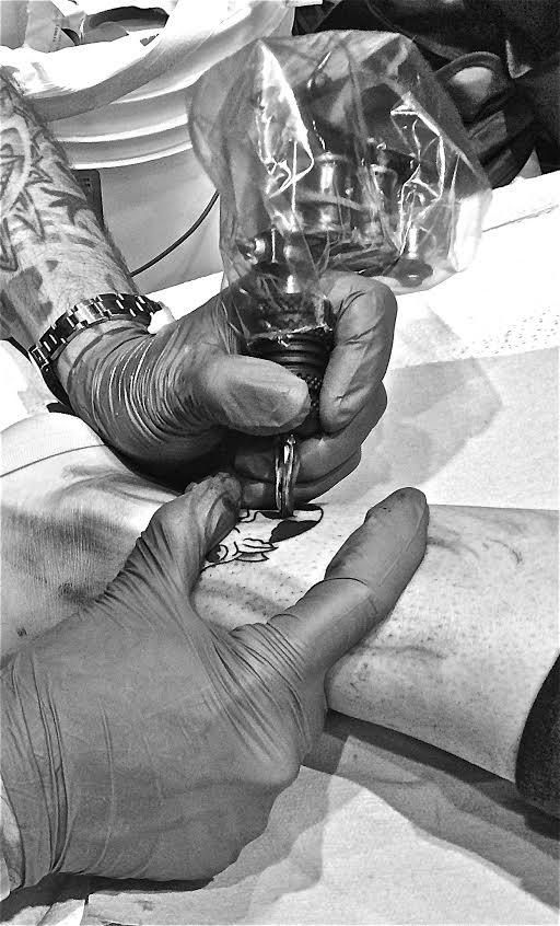 Pierre Chapelan Studio Tattoo Mania au travail